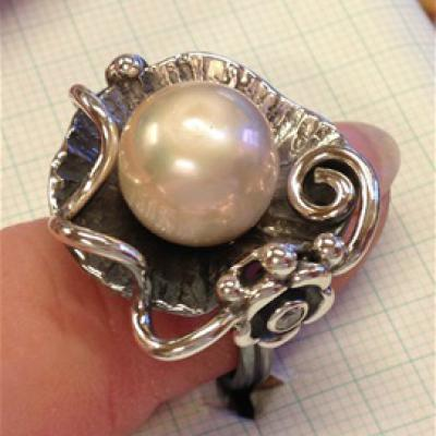 Pearl in ring setting